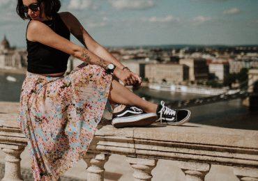 3 Padu Padan Sneakers untuk Gaya Feminim Anda